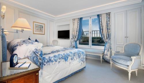 سرير أو أسرّة في غرفة في ذا ريتز لندن