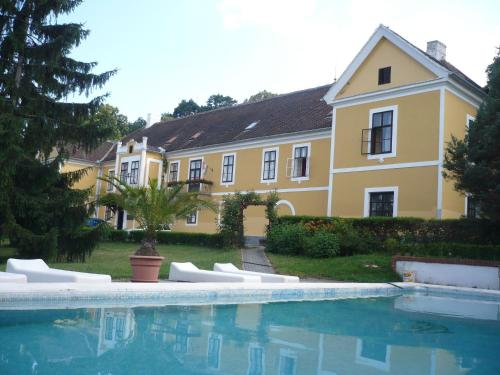 The swimming pool at or near Kastélyfogadó Sitke