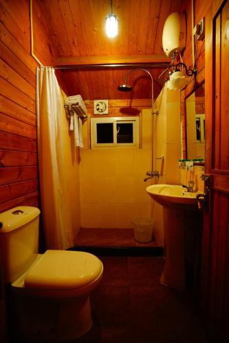 A bathroom at Lotus Resort