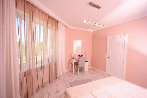 A bed or beds in a room at Идеальная квартира возле Пирогвского водохранилища