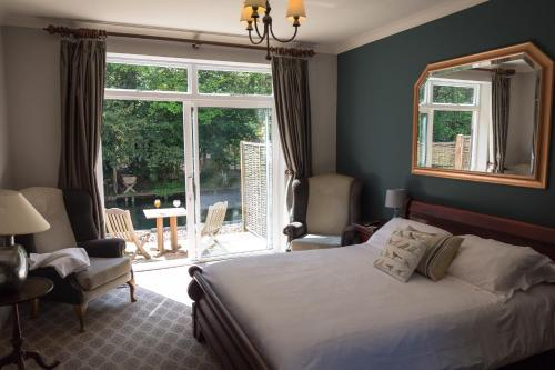 A bed or beds in a room at The Dundas Arms