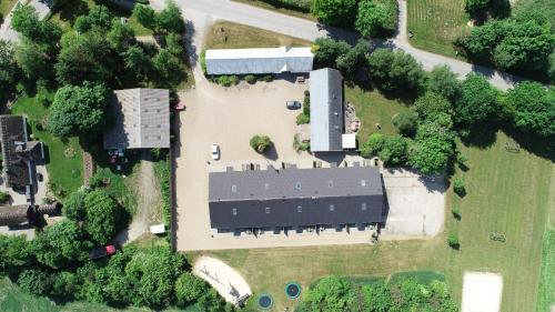 Et luftfoto af Fitting Landsbyferie Apartments