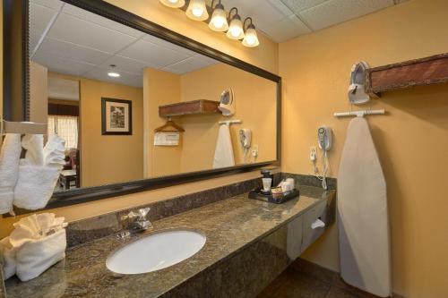 A bathroom at Old Creek Lodge