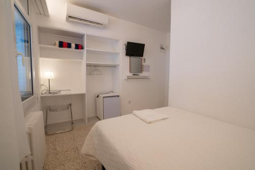 A bed or beds in a room at Hostal Marina Cadaqués