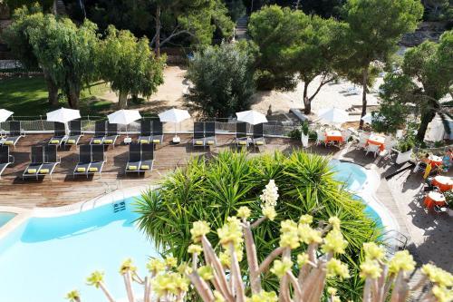Widok na basen w obiekcie Hotel Cala Dor - Adults Only lub jego pobliżu