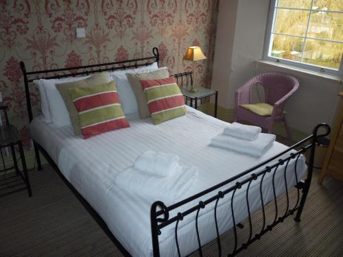 A bed or beds in a room at Royal Oak Inn