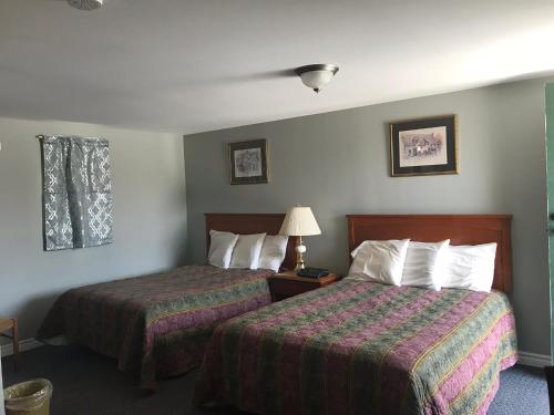 A bed or beds in a room at The Gables Inn