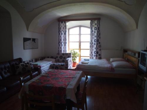 Кровать или кровати в номере Dvůr v Borovné