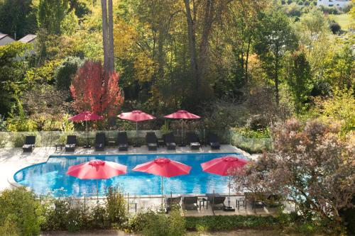 A view of the pool at Logis Les Loges du Parc or nearby