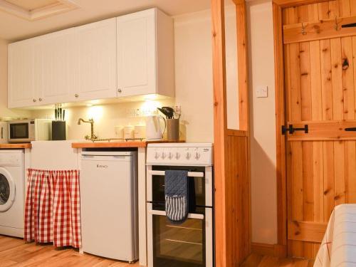 A kitchen or kitchenette at Evat Cottage