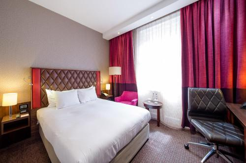 A bed or beds in a room at DoubleTree by Hilton Hotel London - Marble Arch