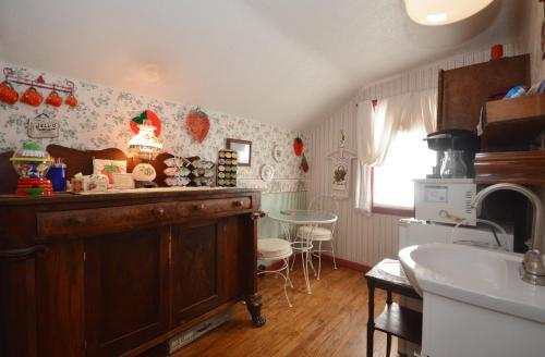 A kitchen or kitchenette at Campbell House B&B