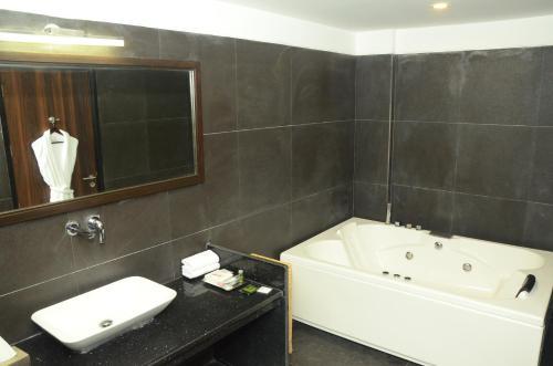 A bathroom at Radisson Chandigarh Zirakpur