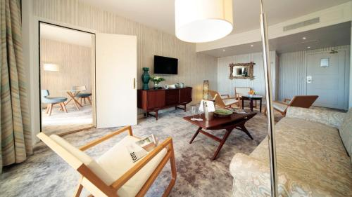 Zona de estar de Holiday Inn Nice - Port St Laurent, an IHG Hotel