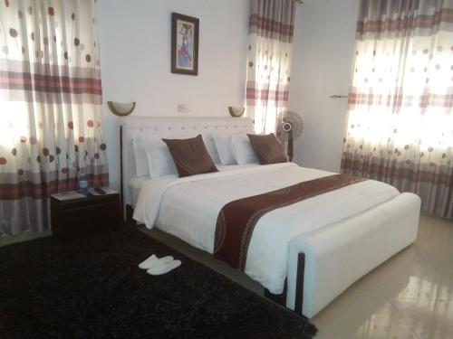 A bed or beds in a room at Mowicribs Hotel and Spa