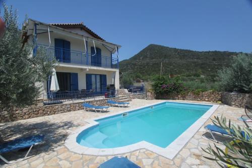 Der Swimmingpool an oder in der Nähe von Villas Lidia