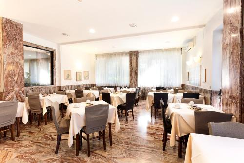 A restaurant or other place to eat at Hotel Corolle