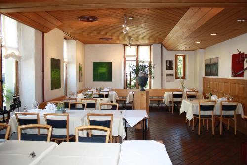 Ein Restaurant oder anderes Speiselokal in der Unterkunft Hotel des Alpes