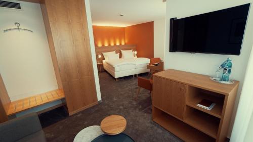 Кровать или кровати в номере Ringhotel Adler Asperg
