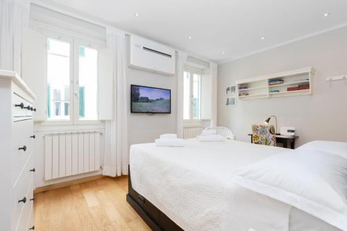 A bed or beds in a room at Comfortable and Convenient apt in the center - Zanobi Delux