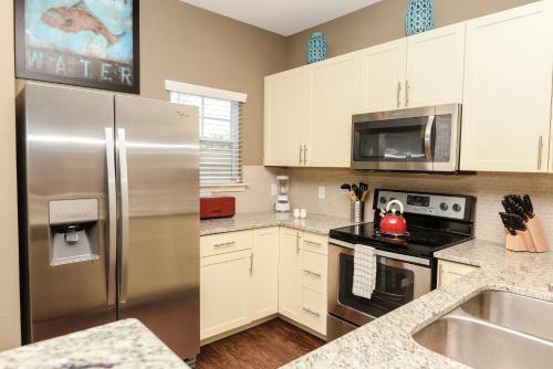 A cozinha ou cozinha compacta de West Lucaya by FVH