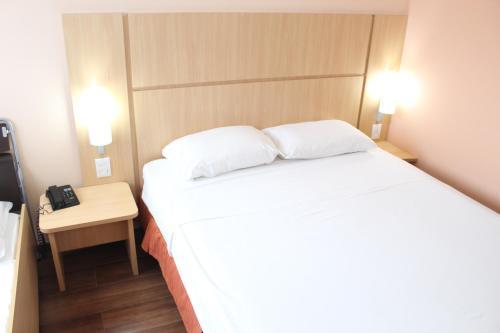 A bed or beds in a room at ibis Feira de Santana