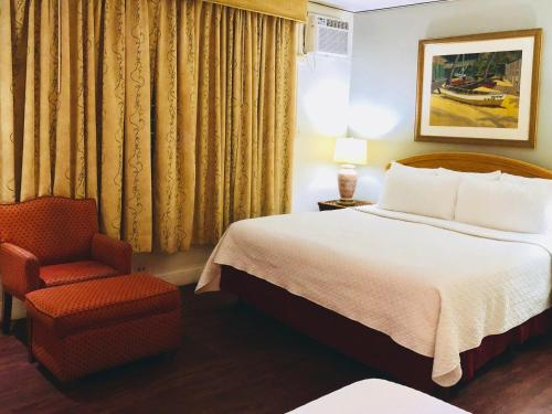 A bed or beds in a room at Casa del Caribe Inn