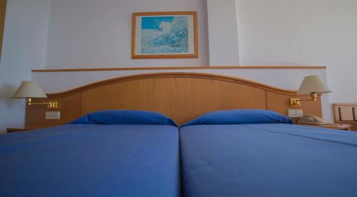 A bed or beds in a room at Hotel Ramblamar