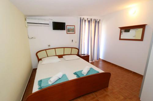 A bed or beds in a room at Marevista Apartments Dubravka