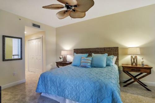Ein Bett oder Betten in einem Zimmer der Unterkunft Water-View Condo w/ Balcony, 2 Pool Facilities