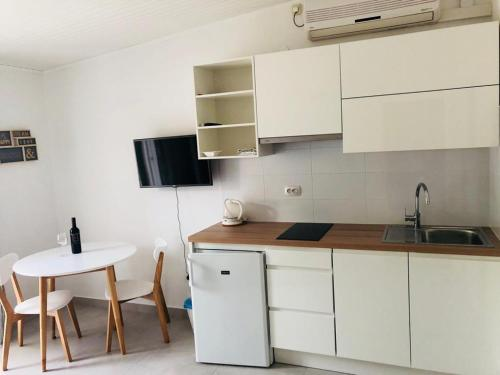 A kitchen or kitchenette at Guest House Marija