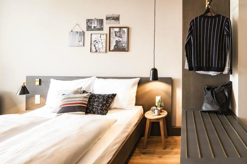 A bed or beds in a room at BOLD Hotel München Zentrum