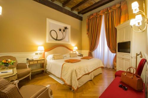 A bed or beds in a room at Hotel Corona d'Oro