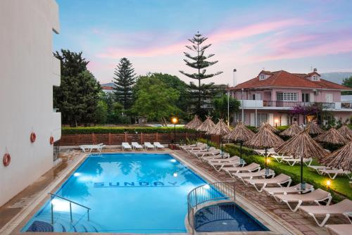 O vedere a piscinei de la sau din apropiere de Sunday Hotel