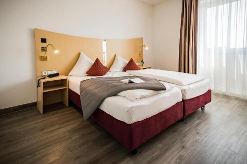 Ein Bett oder Betten in einem Zimmer der Unterkunft City-Hotel garni