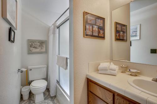 A bathroom at The Greens Retreat