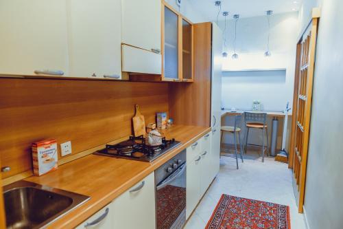 A cozinha ou cozinha compacta de Clock Tower Apartment in Baku
