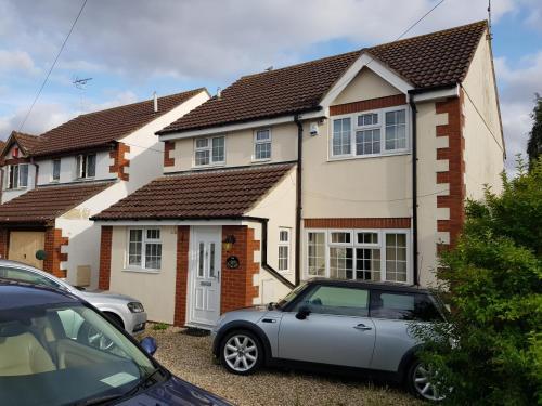 Spacious Swindon 5 bedroom house - sleeps up to 10