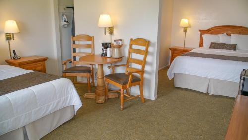 A bed or beds in a room at San Simeon Lodge