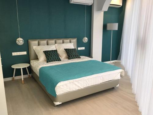 Кровать или кровати в номере Apartment Versal na Nesebrskaya 14