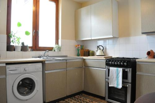 A kitchen or kitchenette at Spacious 1 Bedroom Apartment in Clapton