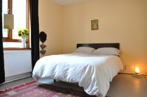 A bed or beds in a room at Spacious 1 Bedroom Apartment in Clapton