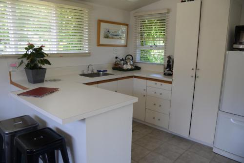 A kitchen or kitchenette at L'abri Bed and Breakfast