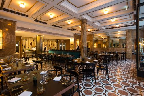 A restaurant or other place to eat at Pestana Porto - A Brasileira, City Center & Heritage Building