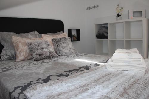 A bed or beds in a room at casa de pedra branca