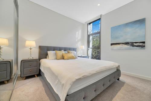 A bed or beds in a room at CBD Luxury new 2 bedrooms next to Darling habour