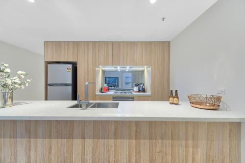 A kitchen or kitchenette at CBD Luxury new 2 bedrooms next to Darling habour