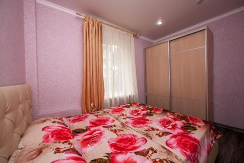 Кровать или кровати в номере Apartment on Kubanskaya 8A