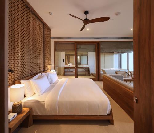 Кровать или кровати в номере Riff Hikkaduwa - Level 1 Safe & Secure