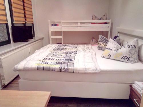 A bed or beds in a room at Zu den blauen Schwertern Meißen